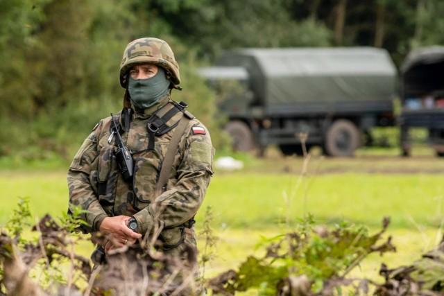 """Wprowadzenie stanu wyjątkowego uzasadniono """"szczególną sytuacją przy granicy z Republiką Białorusi oraz koniecznością niezwłocznego umożliwienia skutecznej realizacji działań przez właściwe służby państwowe, z uwagi na ważny interes państwa""""."""