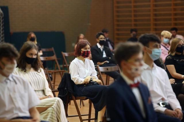 Nowe obostrzenia w Polsce. Szkoły przechodzą na nauczanie zdalne bądź hybrydowe. Zakazane wesela. Takie będą zasady