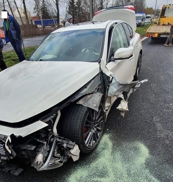 Na wlocie do Poznania od strony Kórnika w piątek doszło do zderzenia dwóch samochodów. Kierowca prowadzący luksusowe infinity uderzył w toyotę, którą podróżowała kobieta z dziećmi. Jak się okazało, auto prowadził pracownik warsztatu, który miał... wymienić olej.