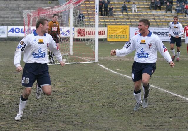 Grzegotz Matlak (z prawej) był pierwszym piłkarzem, który pogratulował zdobycia bramki Radkowi Diveckiemu.