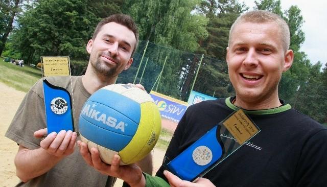 - To nasz pierwszy turniej plażówki w tym sezonie. I pierwsze zwycięstwo – mówią Dominik Sroga (z lewej) i Jakub Malinowski.