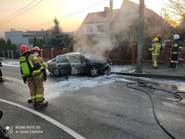 W Chełmnie kierujący oplem vectrą nie dostosował prędkości do warunków w jakich odbywał się ruch, w wyniku czego stracił panowanie nad pojazdem, a następnie zjeżdżając na chodnik uderzył w latarnię.