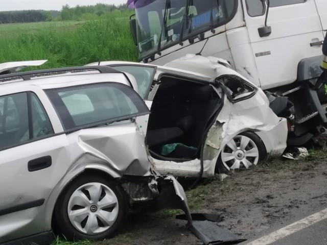 Koszmarny wypadek na drodze krajowej numer 15. W Wymysłowie zderzyły się trzy samochody osobowe i ciężarówka.Przejdź do kolejnego zdjęcia --->