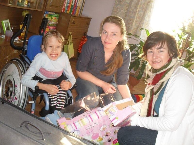 marzyła m.in. o bobasie z akcesoriami. Lalkę sprezentowała Fundacja Dziecięca Fantazja. Kludię odwiedziły Magdalena Czarnecka (z lewej) i Agata Cybulska