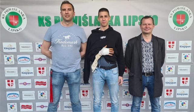 Kamil Wilk (w środku) przeszedł operację ręki. Rekonwalescencja potrwa około sześć tygodni. Po tym czasie bramkarz powinien wrócić do pełnej sprawności.