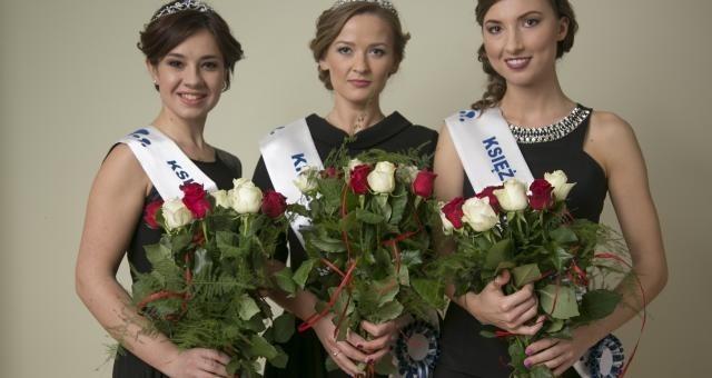 Wybrana w ubiegłym roku Królowa Mleka, Agnieszka Zaborska (w środku) z Księżniczkami Mleka: Joanną Pyś (z lewej) oraz pochodzącą z Łomży Anną Szkaradzińską