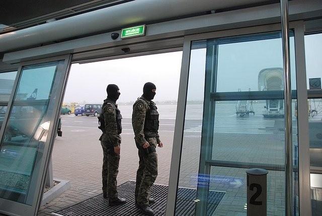 Strażnicy na gdańskim lotnisku.