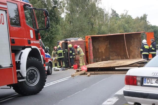 Groźny wypadek na DK94. Przewróciła się ciężarówka, są ranni. Droga w kierunku Prochowic jest zablokowana.