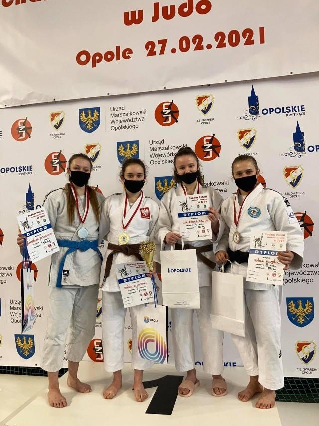Juniorki Akademii Judo Poznań prezentują medale i dyplomy zdobyte podczas Pucharu Polski w Opolu