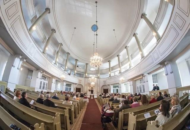"""W parafiach słyszymy, że ludzie dają """"co łaska"""". Jednak między parafianami krąży zazwyczaj nieoficjalny cennik. Wiadomo, ile wypada dać za chrzest czy ślub. Bywa i tak, że ksiądz mówi o tym wprost.Jaki jest cennik usług kościelnych? Czytaj w dalszej części galerii >>>"""