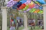 Inowrocław. Pergola w Parku Solankowym zwraca uwagę kolorowymi parasolkami i wystawą zdjęć różnych zakątków miasta [zdjęcia]