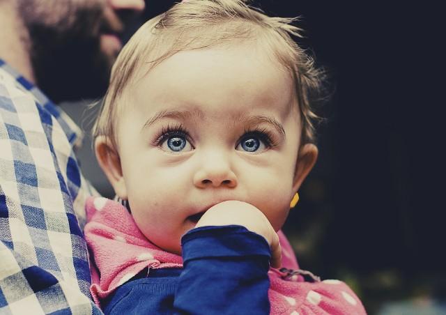 Przez soczewkę w oku dziecka do 10. roku życia światło przechodzi w 75%, docierając do siatkówki bez prawie żadnego filtra. Przez soczewkę dorosłego po 25. roku życia – w 10 %.