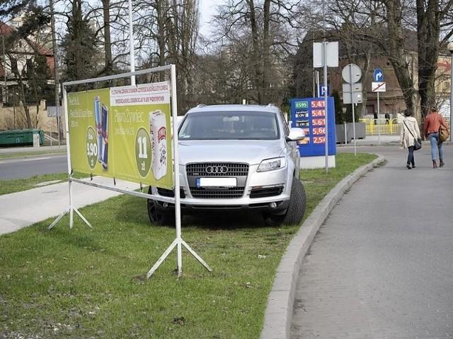 Autodrań zaparkował na trawniku przy Focus Mall