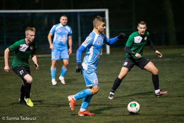 Spotkanie rezerw Błękitnych i Leśnika rozegrane zostały na boisku ze sztuczną trawą na stadionie przy ulicy Ceglanej w Stargardzie