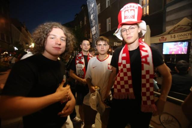 Kibice podczas meczu Hiszpania - Polska na Mariackiej w KatowicachZobacz kolejne zdjęcia. Przesuwaj zdjęcia w prawo - naciśnij strzałkę lub przycisk NASTĘPNE