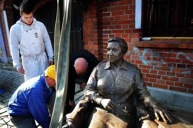 montaż pomnika generał Elżbiety Zawackiejmontaż pomnika generał Elżbiety Zawackiej