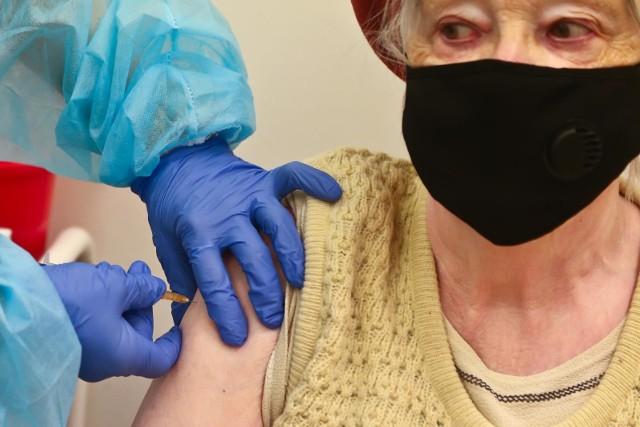 - Mamy 6 789 nowych i potwierdzonych przypadków zakażenia koronawirusem- podało w środę Ministerstwo Zdrowia.