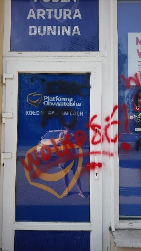 Zdewastowana witryna biura w Pabianicach