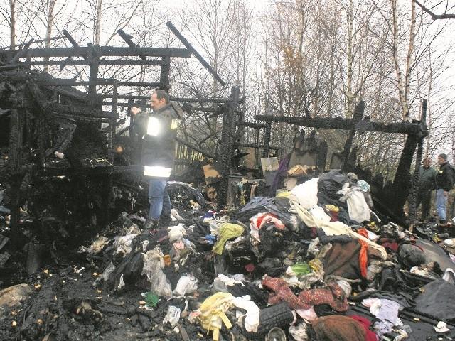 Drewniany domek spłonął. W pożarze zginęła żona Mirosława. Dlaczego? Najprawdopodobniej zasnęła przy świeczce, odpowiednio jej nie zabezpieczając. Prawdopodobnie wcześniej piła