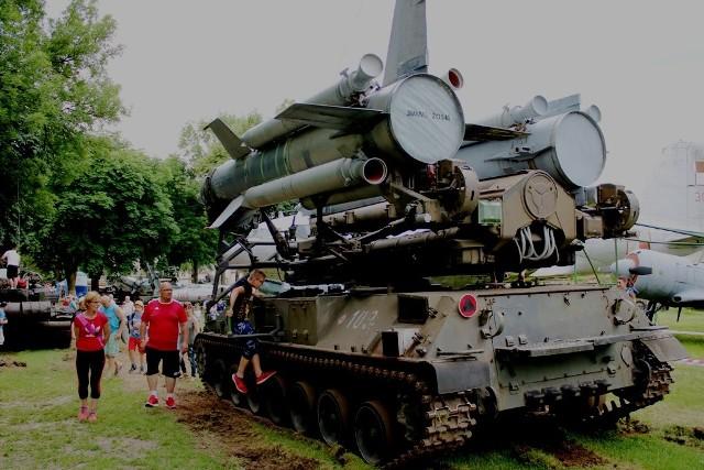 """Lubuskie Muzeum Wojskowe w Drzonowie tym razem zaprosiło wszystkich na Piknik Czołgisty. Zorganizowany został w przeddzień Dnia Czołgisty i Święta Wojsk Pancernych i Zmechanizowanych. W niedzielę 16 czerwca już od godziny 10.00 zaplanowano atrakcje. Miłośnicy militariów mogli zwiedzać czołgi, spotkać się  z żołnierzami Czarnej Dywizji, skosztować wojskowej grochówki i zobaczyć pokazy dynamicznej jazdy sprzętu ciężkiego, czy jeżdżących modeli czołgów. Skusiło to wielu mieszkańców. Do muzeum przybyły tłumy. Widać było, że zarówno młodzi, jak i starsi byli zachwyceni tym, co zobaczyli. Na terenie muzeum pojawiły się także stoiska m.in. modelarskie i Agencji Mienia Wojskowego. Nie tylko dzieci wychodziły zadowolone z drewnianym czołgiem czy szablą w dłoni. Niektórzy rodzicie, też uzbroili się w wymarzone, wojskowe przedmioty. Zobacz również: Tłumy na Lubuskim Pikniku Zdrowia. Jak było? Zobaczcie! [ZDJĘCIA]WIDEO:auka jazdy… czołgiem! """"Największy problem? Ludzie doświadczeni są od samochodów""""źródło: TVN Turbo/x-news"""