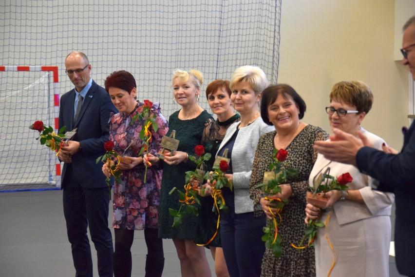 Fotorelacja z uroczystości w hali przy SP nr 2 w Żninie. (na...