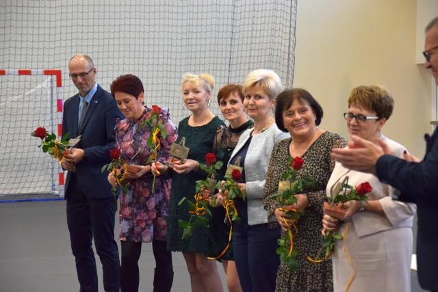 Fotorelacja z uroczystości w hali przy SP nr 2 w Żninie. (na pierwszym zdjęciu wyróżnieni nagrodami burmistrza Żnina, kolejne zdjęcia m.in. nagrody specjalne przyznane przez dyrektorów szkół)