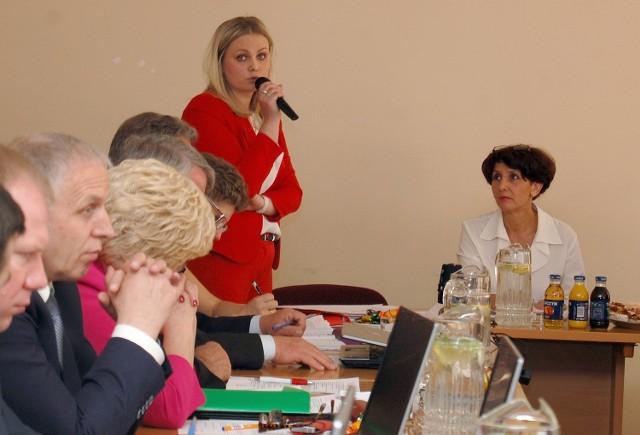 Elżbieta Piórkowska (z prawej) zapytała zastępcę burmistrza o rozwiązanie problemu braku miejsc w przedszkolach dla 87 dzieci