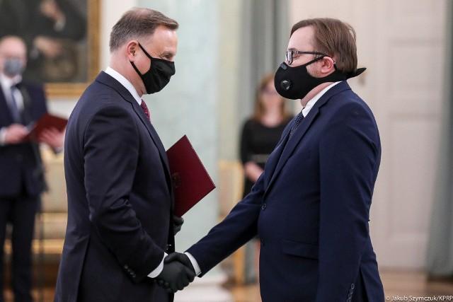 Prezydent Andrzej Duda wręcza nominację Pawłowi Szrotowi z Białegostoku
