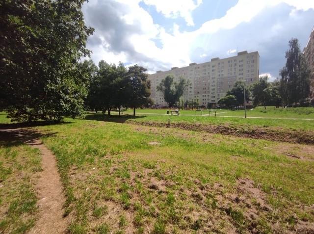 W tym miejscu, między podstawówką numer 11 a Społecznym Liceum, na radomskim Ustroniu ma powstać skwer edukacyjny. To pierwsze takie przedsięwzięcie w mieście.
