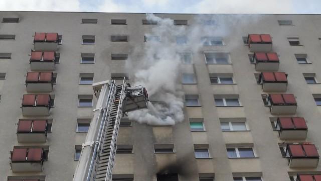 Pożar na os. Zwycięstwa - ogień pojawił się w wieżowcu nr 7