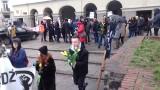 Manifa z okazji Dnia Kobiet przeszła ulicą Piotrkowską, Młodzież Wszechpolska wręczała uczestniczkom żółte tulipany