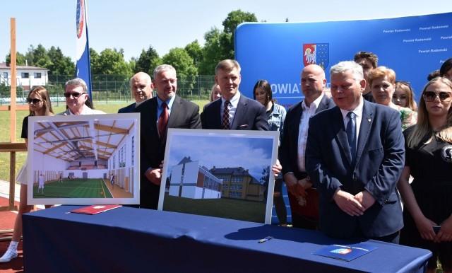 Umowę podpisali starosta radomski Waldemar Trelka, wicestarosta Marian Kozera i przedstawiciel wykonawcy Dariusz Żak.