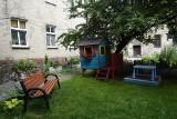 Małe zielone ogrody między budynkami w centrum Poznania? To możliwe! Zobacz zdjęcia