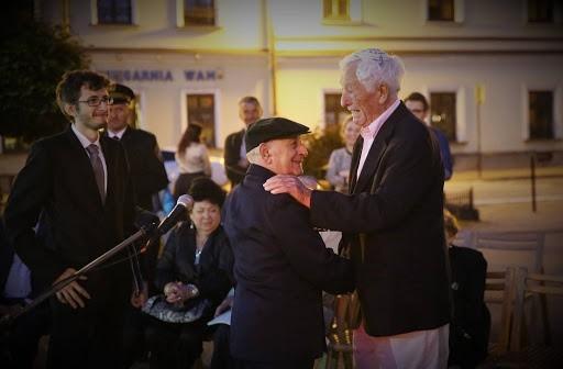 2016 r. - rocznica likwidacji getta Na pierwszym planie dwójka ocalałych z Nowego Sącza - Markus Lustig i Moniek Goldfinger, którzy się spotkali pierwszy raz po 74 latach.