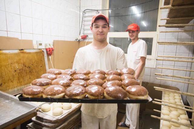 W piekarni Staropolska w Słupsku przygotowania do Tłustego Czwartku rozpoczynają się już dzień wcześniej. Najpierw smażone są faworki a następnie pączki. Ich wypiek rozpoczął się o godzinie 17 a zakończył około północy (zrobiono ich około 14 tysięcy sztuk). Zapraszamy do galerii zdjęć.