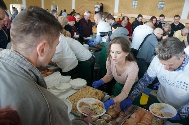 Kilkaset osób samotnych, potrzebujących i rodziny wielodzietne mogły wspólnie zjeść śniadanie wielkanocne. Czekało na nich 250 litrów żurku, 150 kg pasty jajecznej i podobna ilość sałatki jarzynowej. Do tego wędliny, biała kiełbasa i wielkanocne ciasta.