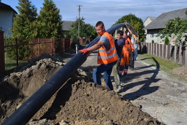 Takie m.in. prace rozpoczną się na przełomie maja i kwietnia 2021 w podwielickim Sułkowie. Zbiornik wody pitnej i dodatkowy wodociąg mają sprawić, że znikną obecne przerwy w dostawach wody, będące utrapieniem dla mieszkańców