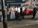 Druh OSP Suchowola ożenił się. Koledzy z jednostki przygotowali młodej parze strażacką bramę