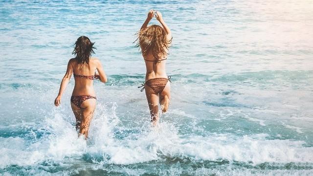 Fala upałów sprawia, że temperatura wody w Bałtyku jest niemal śródziemnomorska. To idealne warunki dla wszystkich amatorów morskich kąpieli. Sprawdźcie, na których pomorskich plażach woda jest najcieplejsza.