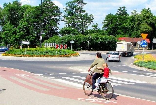 Zamiast obwodnicy będą chodniki na ul. Sienkiewicza. A mieszkańcy Sępólna marzą o tym, żeby tiry nie wjeżdżały do miasta i omijały Krajnę bokiem