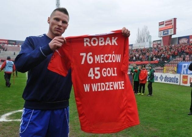 Marcin Robak z pamiątkową koszulką