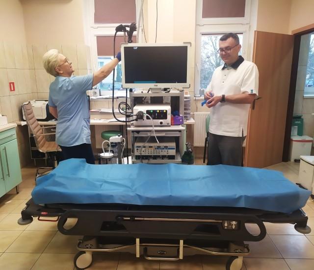 Regina Konopacka - pielęgniarka i Jarosław Chlipała - ordynator oddziału wewnętrznego prezentują nowy sprzęt