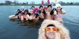 Morsy z Klubu Sportowego Ekstremalni powitali Nowy Rok w Strawczynie w hawajskim stylu
