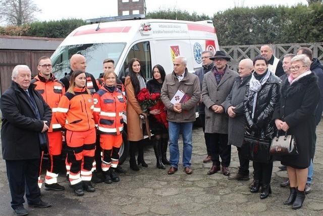 W uroczystym przekazaniu karetki dla ZRM w Lubsku uczestniczył burmistrz Janusz Dudojć, starosta Józef Radzion, wicestarosta Małgorzata Issel, szef pogotowia Ryszard Smyk i ratownicy.