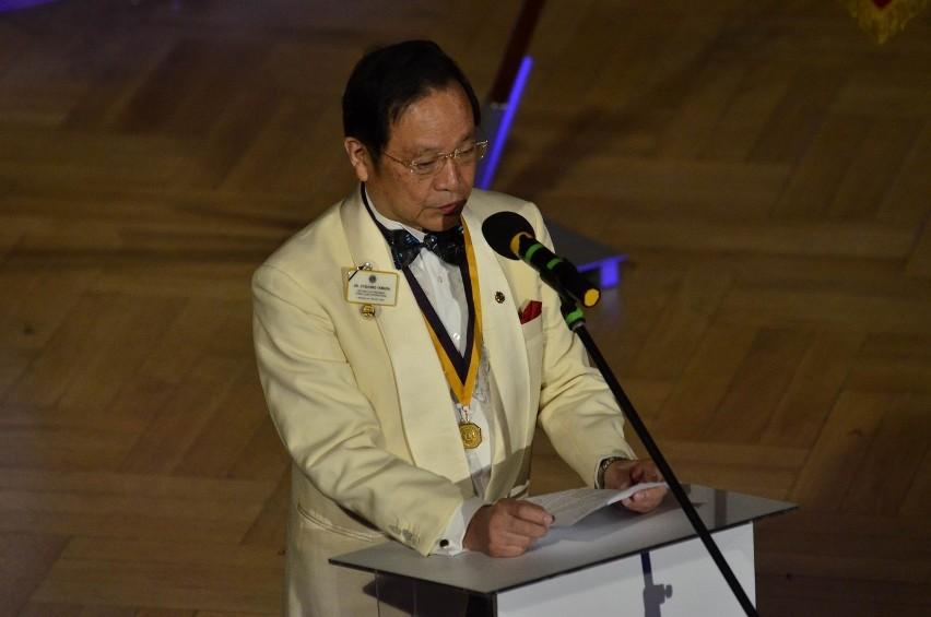 Podczas uroczystości przemawiał wiceprezydent światowy The International Association Of Lions Clubs Jitsuhiro Yamada