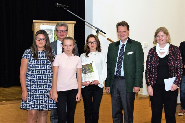 Razem z niemieckimi gospodarzami na zdjęciu od lewej : Barbara Neuwald, Emilie Ksienżyk oraz ich nauczycielka, pani  Alicja Połczan.