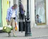 Policzą bezdomnych. Wolontariusze zajrzą do pustostanów i na dworce
