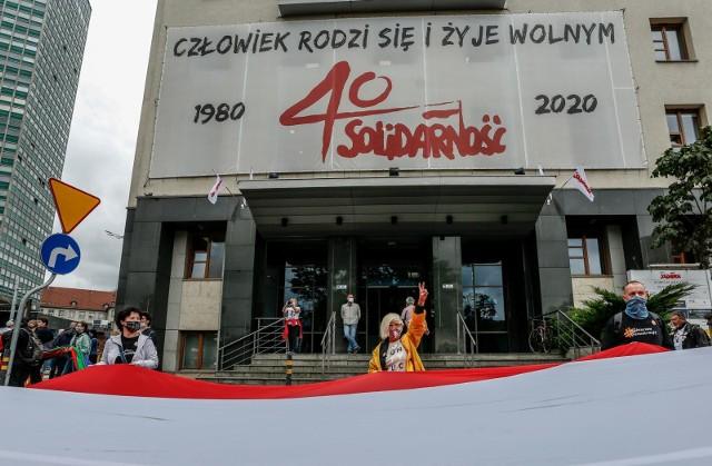 """Obchody 40-lecia podpisania Porozumień Sierpniowych i założenia NSZZ """"Solidarność"""". Do świętowania dołączyły się inne kraje. Sprawdź, które państwa również upamiętniają wydarzenia sierpniowe!"""