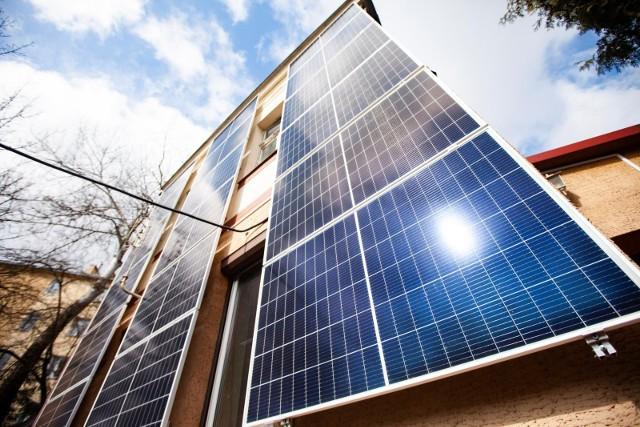 Panele fotowoltaiczne w ostatnich latach podbiły Polskę. Pierwsze instalacje w okolicy powstawały często na gminnych obiektach. To przekonało wielu mieszkańców.