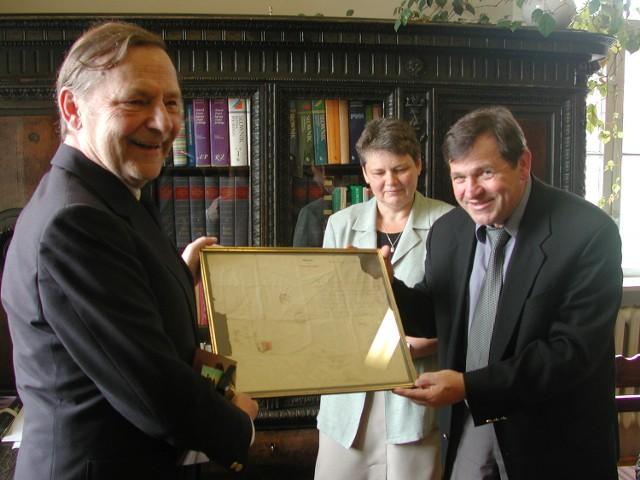 Z rąk Dietera Heino Hildebrandta dokument odebrali  dyrektor Janina Baj i burmistrz Ginter Jendrsczok.
